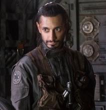 """El soldado imperial que se une a las filas de la Alianza Rebelde. Bodhi Rook fue un piloto del Imperio que fue reclutado por ellos a la fuerza. Él nunca estuvo de acuerdo con las acciones de este bando y es por eso que decide unirse a los rebeldes. ¿Por qué insiste entonces en llevar la insignia del Imperio en su vestimenta? """"Nunca hay que ocultar de donde se viene""""."""